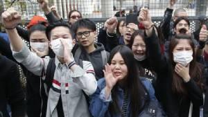 ครอบครัวชาวจีนถูก ตร.ฝรั่งเศสยิงดับร้องอยู่ในความสงบ หลังคนเอเชียแค้นประท้วงรุนแรงในปารีส 2 คืนติด