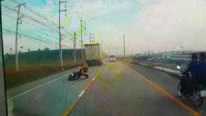 กล้องหน้ารถจับภาพสาวโรงงานขี่จักรยานยนต์เสียหลักล้ม ถูกรถตู้ชนดับ