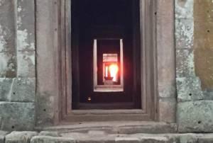 """นักท่องเที่ยวเฮ! ได้ชมมหัศจรรย์ดวงอาทิตย์ขึ้นตรง 15 ช่องประตู """"ปราสาทพนมรุ้ง"""" สมใจ"""