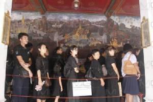 พสกนิกรจากทั่วประเทศใช้โอกาสช่วงวันหยุดเดินทางมาร่วมสักการะพระบรมศพรัชกาลที่ ๙ อย่างต่อเนื่อง