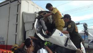 รถบรรทุกชนท้ายรถพ่วงบน ถ.บางนา-ตราด คนขับขาหักสองข้างติดคารถ