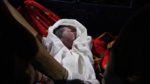 กองเชียร์นับร้อยลุ้นสาวพม่าคลอดบุตรบนซาเล้ง