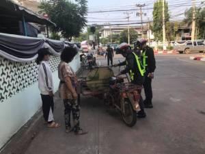 ชาวเน็ตชม! ตำรวจพิจิตรน้ำดี ช่วยซ่อม - เข็น แม่ค้ารถเสีย
