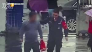 ชาวเน็ตจีนขำก๊ากโจรสุดทึ่ม ฉกมือถือเสร็จแล้ววิ่งเข้าดงตำรวจ (ชมคลิป)