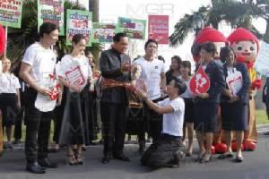 """นายกฯ อวยพรปีใหม่ไทย ขอเป็นปีแห่งความสุข ปลอบ """"เบิ้ล ปทุมราช"""" เป็นทหารก็ดีแล้ว"""