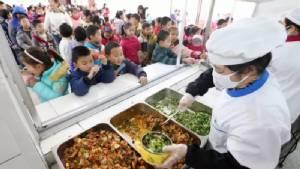 โรงเรียนในจีนติดตั้งกล้องวงจรปิดในห้องครัว เพิ่มความปลอดภัยของอาหาร