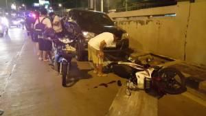 พลเมืองดีจอดรถเก็บสังกะสีหล่นขวางถนน รถตามหลังเสียหลักชนกันยับ 4 คันรวด
