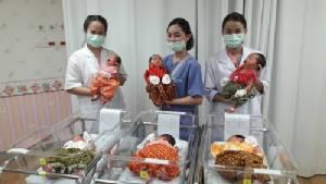 พญาไท ศรีราชา จับทารกแรกเกิดใส่ชุดไทย เข้าบรรยากาศสงกรานต์