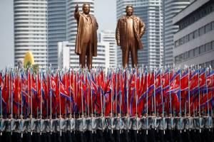 """""""เกาหลีเหนือ"""" จัดสวนสนามอวดขีปนาวุธแบบใหม่ ขณะเรือบรรทุกเครื่องบินสหรัฐฯ แล่นใกล้เข้ามา"""