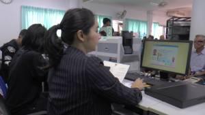 แน่นทุกวัน ชาวบุรีรัมย์แห่เข้าคิวทำบัตรสมาร์ทการ์ดเพื่อนำไปลงทะเบียนคนจน