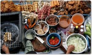 """InClip : สื่อทั่วโลกรายงาน สุดช็อก!! กทม.สั่งห้ามขายอาหารข้างถนน ต่างชาติบ่นเสียดายโอกาส """"นั่งเหงื่อตกกินก๋วยเตี๋ยวบนทางเท้าในกรุงเทพฯ"""""""