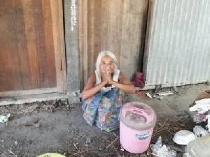 อนาถ! ยายวัย 71 ปี ไร้ญาติ ลูกหลานทิ้ง ซุกนอนในห้องเก็บของศาลาประชาคมหมู่บ้าน(ชมคลิป)