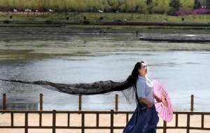 ชมภาพ คุณป้าราพันเซลเมืองจีน ผมยาวสลวยที่สุดในมณฑล