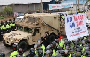 """ตัวเก็ง ปธน.เกาหลีใต้ """"มุน แจ-อิน"""" จี้สหรัฐฯ ระงับติดตั้ง THAAD ด้านชาวบ้านโสมขาวชุมนุมต้านไม่เอาขีปนาวุธ!"""