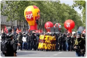 InPics&Clip:วันเมย์เดย์ปารีสเดือด!! เดินขบวนเรียกร้องแรงงานฝรั่งเศส หลายแสนคน กลายเป็นจลาจล 6 ตำรวจแดนน้ำหอมเจ็บ หลัง 150 มือระเบิดเพลิงโลโมตอฟปิดหน้าบุกเข้าร่วม