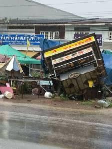 พายุฤดูร้อนพัดถล่มหลังคาโรงจอดรถเทศบาลที่เมืองจันท์ เสียหายยับ