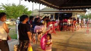 ประชาชนเมืองอ่าง พาลูกหลานแห่เล่นน้ำคลายร้อน