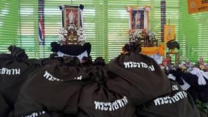 สมเด็จพระเจ้าอยู่หัว พระราชทานถุงยังชีพบรรเทาทุกข์ราษฎรประสบวาตภัย สุโขทัย-พะเยา