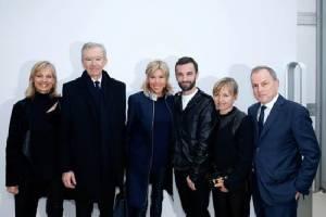 LVMH ยักษ์ใหญ่แห่งโลกแฟชั่น หนุนหลังผู้นำฝรั่งเศสคนใหม่และภรรยา