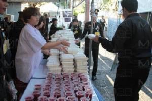 สมเด็จพระเจ้าอยู่หัวพระราชทานอาหารแก่ผู้ที่มาสักการะพระบรมศพ ร.๙