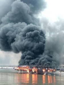 ไฟไหม้สายพานลำเลียงสินค้ากลางทะเลกลางอ่าวศรีราชา สาเหตุยังไม่แน่ชัด (ชมคลิป)