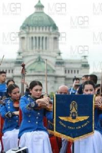 สมเด็จพระเจ้าอยู่หัว ทรงโปรดเกล้าฯ จัดแสดงดนตรีเพลงพระราชนิพนธ์ น้อมรำลึกในหลวง รัชกาลที่ ๙