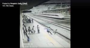 ชีวิตมีค่า! จนท.รถไฟความเร็วสูง พุ่งขวางสาวจีนรอดตาย วิ่งให้รถไฟทับ