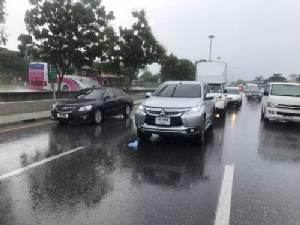 ฝนตกถนนลื่นเกิดอุบัติเหตุรถชนท้าย 19 คันรวด