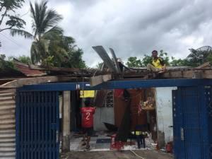 ชั่วพริบตา! พายุงวงช้างถล่มท่าตะโก บ้านพังยับกว่า 20 หลัง คนแก่เจ็บ 1 ราย