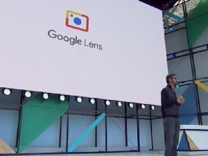 Sundar Pichai ขณะเปิดตัว Google Lens บริการที่ผู้ใช้สามารถค้นหาข้อมูลหลากหลายได้จากภาพถ่าย