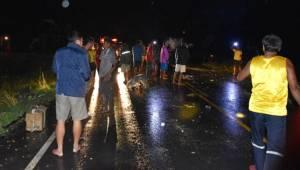 ซิ่งฝ่าสายฝน! รถตู้พุ่งชนรถพ่วงกลางสี่แยกสุรินทร์พลิกคว่ำตกคูน้ำ เจ็บระนาว 8 สาหัส 5 (ชมคลิป)