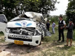 รถตู้โดยสารจากยโสธรยางระเบิดชนต้นไม้ข้างทางก่อนเข้าเมืองอุบลฯ 8 ชีวิตรอดตายหวุดหวิด