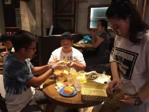 พุงกางเป็นแถว ทั้งไทย-จีนแห่กินบุฟเฟต์ผลไม้ไทยคึกคัก ทุเรียนเกลี้ยง 2 ตัน/วัน