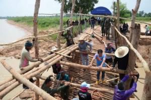 ผู้ว่าฯ กาฬสินธุ์นำทุกภาคส่วนซ่อมสะพานเชื่อม 3 หมู่บ้าน