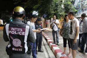 สาวใหญ่ชาวจีนเดินเล่นริมถนนพัทยาเหนือ โดนฉกกระเป๋าพร้อมของมีค่า 3 หมื่นหนีลอยนวล