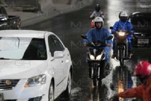 ลาดพร้าว-รัชดา ท่วมซ้ำ หลังฝนกระหน่ำ จนท.เร่งระบายน้ำ วัดลาดพร้าว