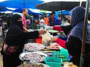 คึกคัก! มุสลิมนราฯ จับจ่ายหาซื้ออาหารเตรียมไว้สำหรับการเริ่มต้นถือศีลอด