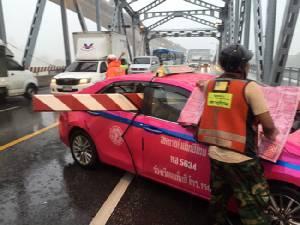 ฝนตกหนักแท็กซี่ มองไม่เห็นชนป้ายเปิด-ปิดสะพานกรุงเทพเจ็บสาหัส ขณะเปิดทางให้เรือรบผ่าน