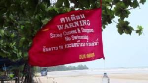 เร่งติดป้าย-ธงแดงเตือนนักท่องเที่ยวห้ามลงเล่นน้ำทะเลเมืองจันท์