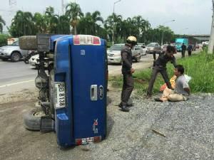 ไม่รอด หนุ่มเมืองนนท์เสพยาไอซ์ ซิ่งกระบะแหกด่านรถเสียหลักพลิกคว่ำ