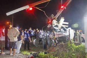 กระบะซิ่งฝ่าแผงกั้นรถไฟฉะเชิงเทราถูกขยี้เละ แรงงานเขมรรับเคราะห์ดับ 1 เจ็บ 1 คนขับรอดหนีตามระเบียบ