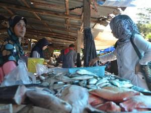 ตลาดรอมฎอนในเบตงคึกคัก มุสลิมชาวมาเลย์ที่อยู่ติดชายแดนต่างเข้ามาจับจ่ายเพียบ