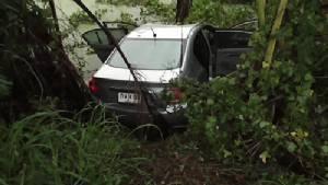 รองนายก อบต.เกาะเทโพ ขับรถฝ่าสายฝนหลุดโค้งตกสระน้ำเสียชีวิต
