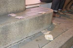 เงินกว่า 4 หมื่นหล่นเกลื่อนตู้ ATM ชาวบ้านเดินผ่านตกใจแจ้งตำรวจ