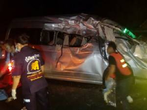 พังยับ! รถตู้จ้างเหมาพุ่งชนช้างป่าข้ามถนน คนในรถบาดเจ็บ 4 ราย(ชมคลิป)