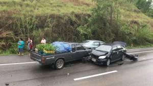 หวิดสลด..พลเมืองดีจอดช่วยเก๋งสาวใหญ่ลำพูน กระบะชนซ้ำรถพัง 3 คัน
