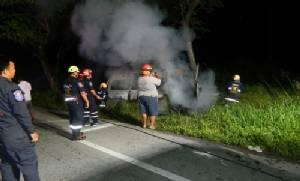 ทหารตำรวจ ฮีโร่ ช่วยหนุ่มรถตู้ออกจากตัวรถที่ไฟไหม้หวุดหวิด