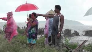 ชาวเกาะเปริด วอนรัฐช่วยแก้ไขคลื่นทะเลกัดเซาะที่ดินพัง แม้ทำแนวกันคลื่นแล้ว