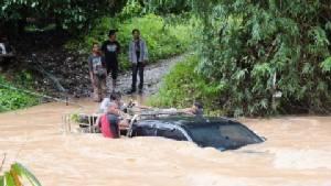 จนท.ช่วยเหลือ 6 ชีวิต โดนน้ำป่าไหลหลากซัดรถยนต์พลิกคว่ำ