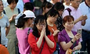 ชมภาพ พ่อแม่ชาวจีนแห่ให้กำลังใจลูกหน้าสนามสอบเกาเข่าอันสุดโหด